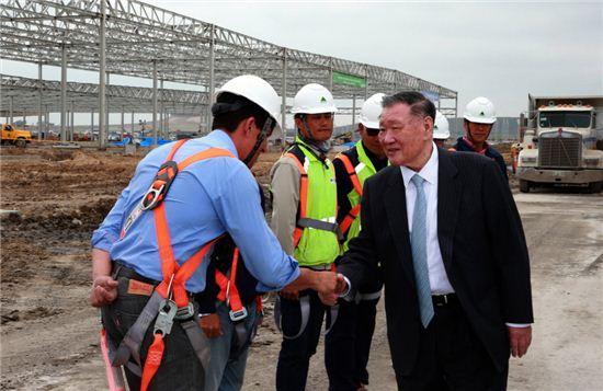 정몽구 현대차그룹 회장이 26일(한국시간) 기아차 멕시코 공장을 방문해 공장 건설현장의 근로자들을 격려하고 있다.