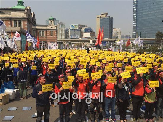 '양대노총 공공부문 노동조합 공동대책위원회'는 이날 오후 2시 서울역 광장에서 '공공부문노동자 총력투쟁 결의대회'를 열었다.