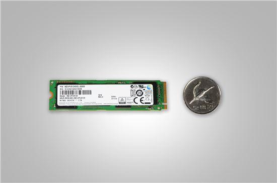 삼성전자 M.2 NVMe SSD와 500원 동전 크기비교