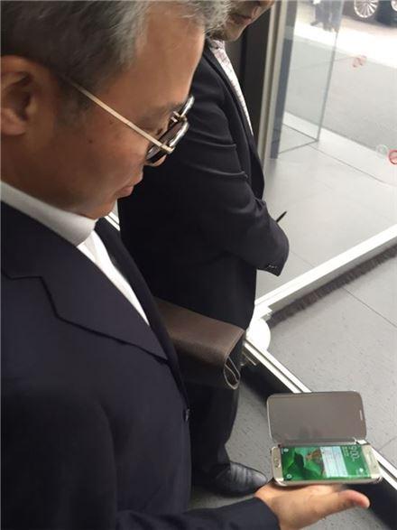 15일 전동수 삼성SDS 사장이 새롭게 구입한 '갤럭시S6 엣지 골드플래티넘' 모델을 꺼내보이고 있다.