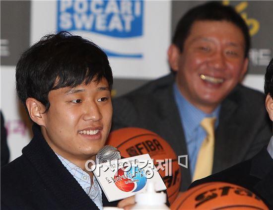 2012 KB국민카드 프로아마최강전 미디어데이에서 아들 허웅(앞쪽)의 각오에 미소를 짓는 허재 전 전주 KCC 감독[사진=KBL 제공]