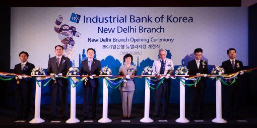 권선주 기업은행장(왼쪽 4번째)과 키쉬아르 인도중앙은행(RBI) 뉴델리 지역본부장(왼쪽 5번째) 등이 22일 인도 뉴델리에서 열린 지점 개점식에서 기념 테이프를 자르고 있다.