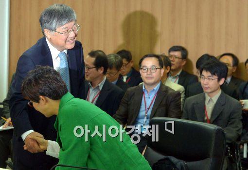 [포토]인사 나누는 이은철 원자력안전위원회 위원장