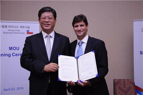 김재홍 KOTRA 사장과 FASA 마르셀로 바이셀버거 사장이 MOU를 체결한뒤 체결서를 들어보이고 있다.