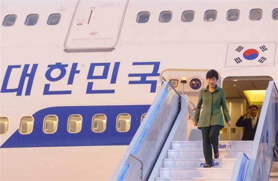 2015년 4월 박근혜 대통령이 남미 4개국 해외 순방의 마지막 장소인 브라질 상파울루 과룰로스 국제공항에 도착, 전용기에서 내리고 있다./사진= 청와대