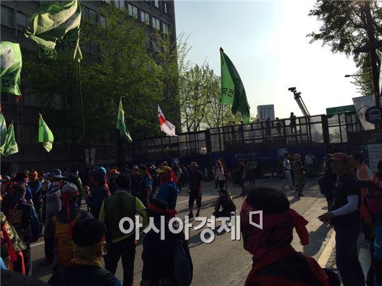1일 오후 서울 중구 창덕궁 앞 도로에서 민주노총 행진행렬과 경찰측 차벽이 대치하고 있다. (사진=원다라 기자)