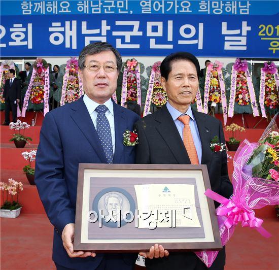해남군의 상을 수상한 박흥석씨(오른쪽)가 박철환해남군수와 기념촬영을 하고있다.