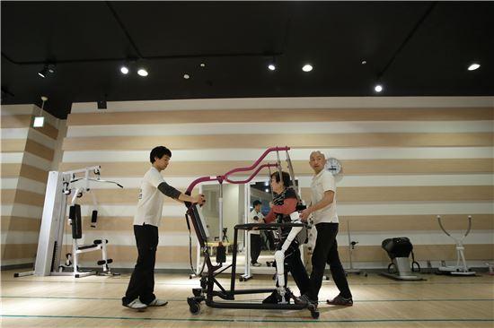 사이버다인의 로봇 수트(사진=블룸버그뉴스).