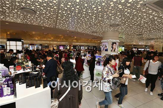 서울 시내의 한 면세점에 관광객들이 북적이고 있다.