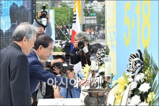 ▲지난해 박원순 서울시장이 5·18 기념식에 참석해 헌화를 하고 있다.