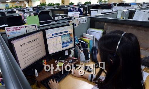 다산콜센터 직원이 걸려오는 상담 전화를 받고 있다.