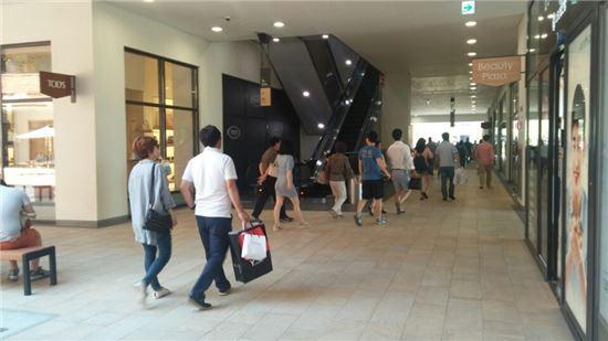 7일 오후 3시께 롯데프리미엄아울렛 파주점. 가족.연인단위 고객들이 쇼핑을 즐기고 있다.