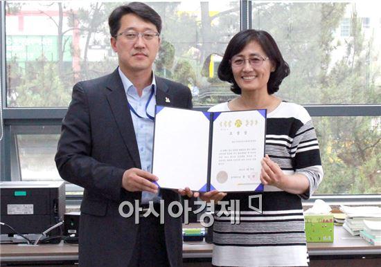광주소방안전본부 박래현 홍보담당자(왼쪽)와 배성숙 기획운영팀장이 기념촬영을  하고있다.