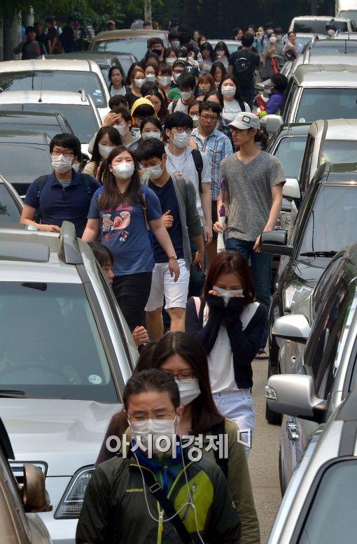 [포토]시험 마친 서울시공무원 임용시험 수험생들, '마스크 쓰고'