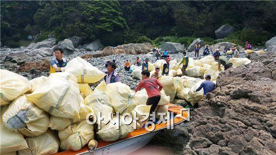완도통발자율관리공동체(위원장 위성철) 회원 70명이 자체어선 5척을 이용, 군과 합동으로 손길 닿지 않은 해안가 해양쓰레기 수거활동을 실시했다.
