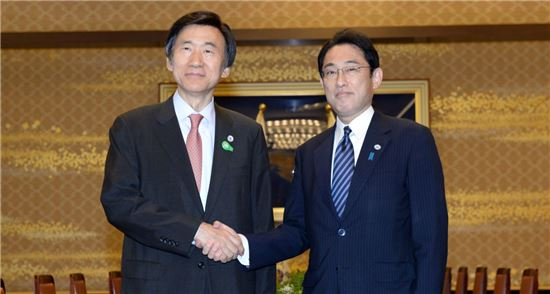 윤병세 외교부 장관(왼쪽)과 기시다 후미오 일본 외무상.