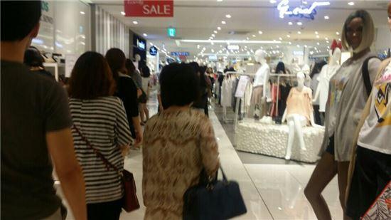 27일 오후 찾은 롯데백화점 잠실점. 가족단위 고객들이 쇼핑을 하고 있다.