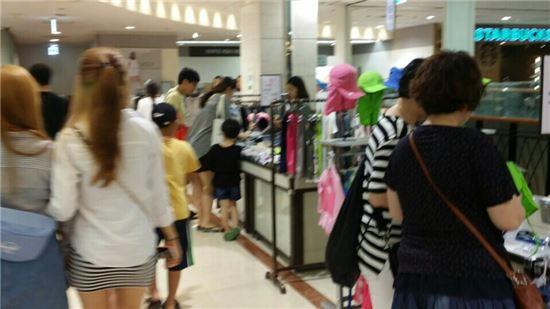 27일 찾은 신세계백화점 강남점. 정기세일 첫 주말을 맞아 고객들이 쇼핑을 즐기고 있다.