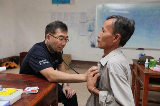 포스코건설과 인하대병원 의료진은 라오스 폰홍군 마을 3곳에서 주민 1500여명을 대상으로 가정의학과, 소아과, 정형외과, 안과 등 진료를 실시했다.