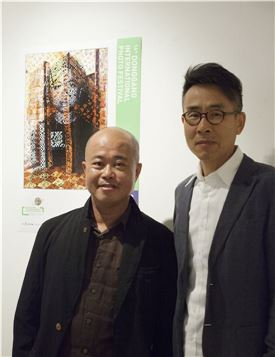'동각국제사진전' 주제전 참가 작가인 딘 큐, 이상현 작가(왼쪽부터)