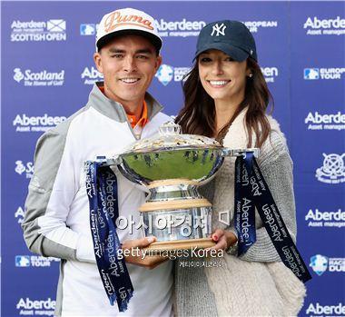 리키 파울러가 스코티시오픈 우승 직후 여자친구 알렉시스 랜독과 함께 우승컵을 들고 기뻐하고 있다. 사진=Getty images/멀티비츠