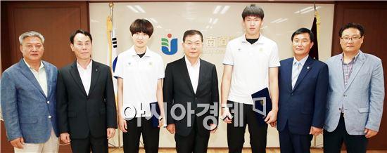 전라남도교육청(교육감 장만채)은 13일 세계 대회에 출전해 금메달을 딴 학생 선수들을 초청해 장학금 수여식을 가졌다.