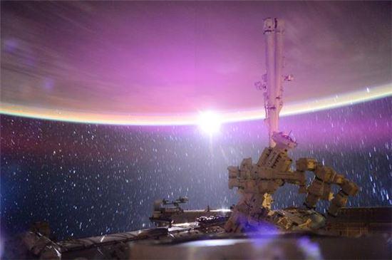 ▲국제우주정거장에 달빛이 쏟아진다.[사진제공=스콧 켈리/NASA]