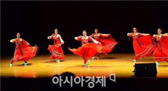 '평양민속예술단'은 장고춤, 민속무용, 아코디언연주, 부채춤 등 다채로운 공연을 펼쳐 군민의 호응을 얻었다.