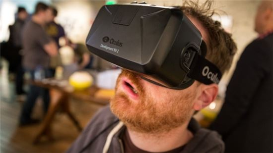 페이스북이 지난해 3월 인수한 오큘러스의 VR헤드셋