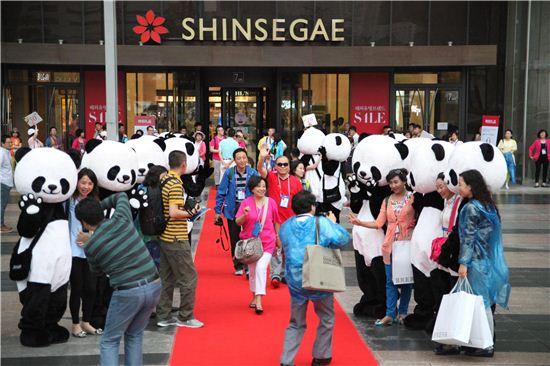 신세계백화점 센텀시티점 앞에서 중국인관광객들이 기념촬영을 하고있다. 신세계면세점 부산점은 기존 파라다이스호텔에서 센텀시티점으로 확장이전, 오는 3월1일 오픈한다.