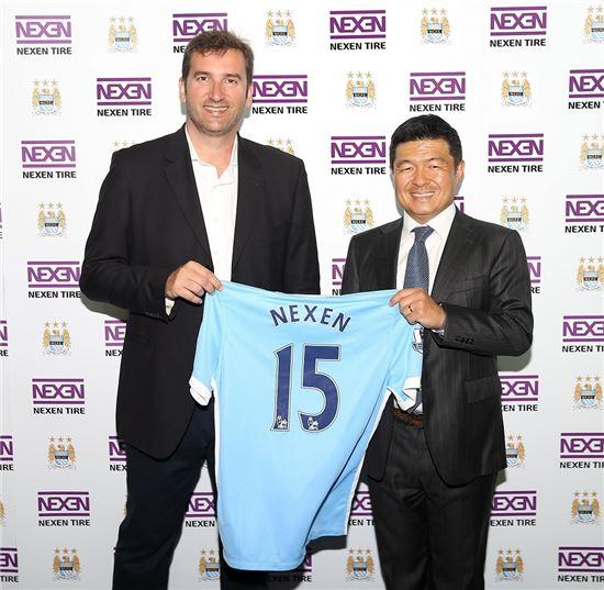 넥센타이어는 지난해 영국 맨체스터 시티풋볼아카데미에서 맨체스터시티 FC와 공식 파트너십 계약을 체결했다. 넥센타이어 강호찬 사장(우)와 맨시티 CEO 페란 소리아노(좌)