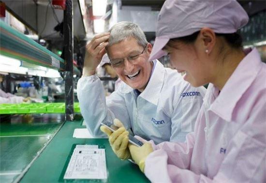 2014년 10월 폭스콘 정저우 공장을 방문한 팀 쿡 애플 최고경영자(CEO)