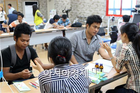 광주외국인력지원센터는 광주·전남·북 외국인근로자 위한 의료봉사를 실시했다.