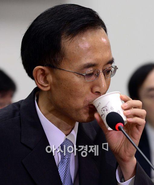 [포토]목 축이는 이기택 대법관 후보자