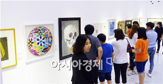 주말인 5일 2015광주국제아트페어가 열리고 있는  광주 김대중컨벤션센터에서 관람객들이 작품을 감상하고있다.