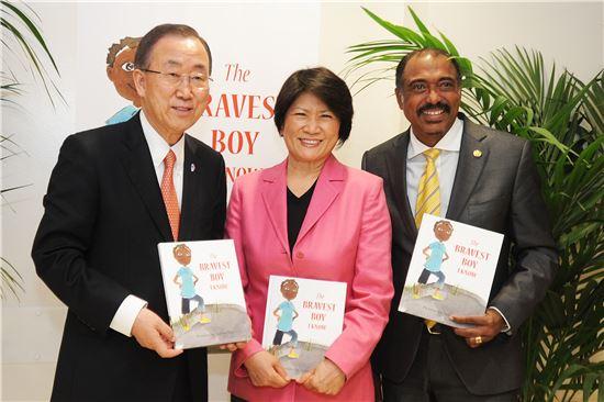 반기문 유엔 사무총장, 도영심 유엔세계관광기구 스텝재단 이사장, 미셸 시디베 유엔에이즈 사무총장(왼쪽부터)이 지난해 5월 8일 이탈리아 로마에서 유엔 새천년개발목표(MDGs) 프로그램 하나인 '고맙습니다. 작은도서관' UN에이즈 코너 도서 'The BRAVEST BOY I KNOW(내가 아는 가장 용감한 소년)' 론칭 행사에 참석해 포즈를 취하고 있다.