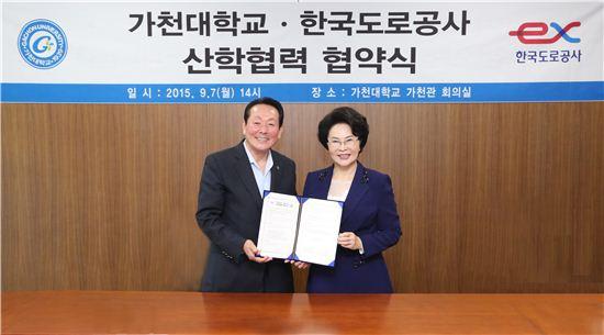 이길여 가천대 총장(오른쪽)과 김학송 한국도로공사 사장이 산학협력 협약식을 가진 뒤 기념촬영을 하고 있다.