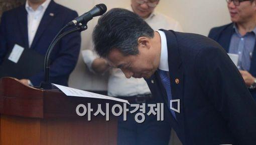 '총선 필승' 건배사 장관 뒤늦은 사퇴…개각 신호탄?