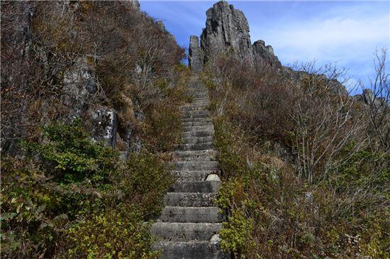 <무등산 지왕봉에 오르는 콘크리트 계단. 무등산국립공원 동부사무소는 지왕봉에 미치는 악영향을 최소화하기 위해 이 계단을 인력으로만 철거할 방침이다.>