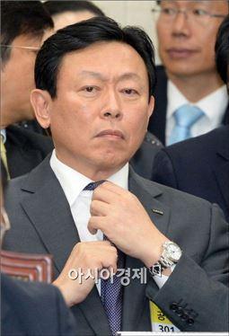 신동빈 롯데그룹 회장이 지난달 17일 열린 국회 정무위원회 국정감사에 증인으로 출석한 모습.
