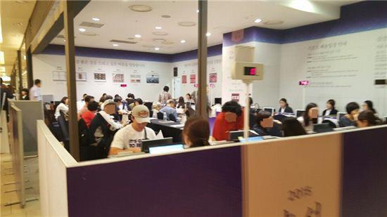 지난 19일 오후 신세계백화점 강남점. 막바지 추석선물을 구입한 고객들이 배송 상담을 받고 있다.