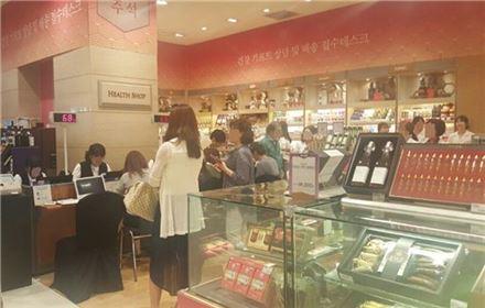 19일 신세계백화점 강남점에서 건강식품을 구입하려는 고객들이 줄을 늘어서 있다.