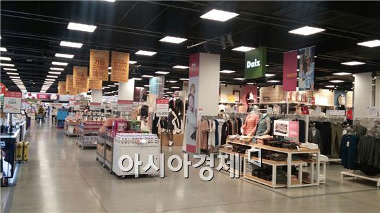 지난 3일 일산 이마트의 화장품 및 의류 판매 코너. 1층 식품관은 발디딜 틈 없이 붐비지만, 그 외에는 다소 한산하다.