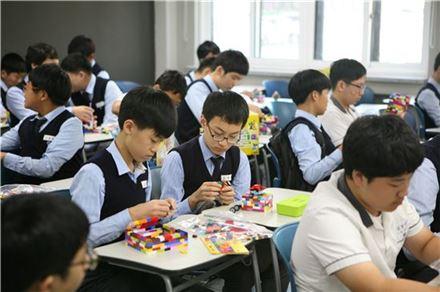 자유학기제 프로그램에 참여한 중학교 학생들이 레고로 건축모형 만들기에 열중하고 있다.(자료 사진)