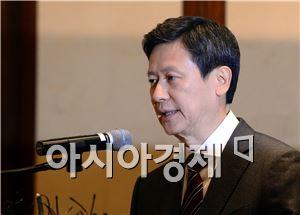 신동주 전 일본 롯데홀딩스 부회장이 8일 신동빈 회장을 상대로 경영권 소송 기자회견을 하는 모습.