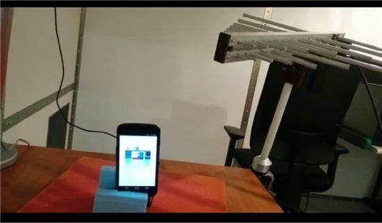라디오 전파를 통해 음성 명령 개인 비서를 작동시키는 실험 장면.(사진=ANSSI)