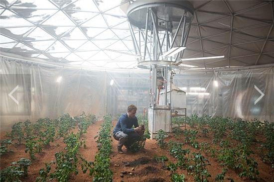 영화 '마션'에서 맷 데이먼이 수소와 산소를 결합, 증류장치를 통해 물을 만들어 감자를 재배하는 장면.