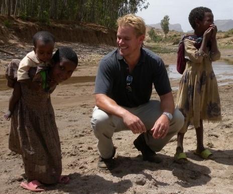 아프리카에서 깨끗한 식수를 공급하는 자선사업을 펼치고 있는 맷 데이먼.  사진 출처: westlifebunny.newsvine.com