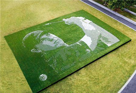 AT&T가 댈러스 메인 스트리트 가든에 골프공으로 조던 스피스의 얼굴을 연출했다. 사진=골프다이제스트
