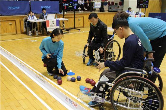 보치아 국제심판강습회 강습생이 제35회전국장애인체육대회에서 실습을 진행하고 있다. (사진제공 : 오텍그룹)
